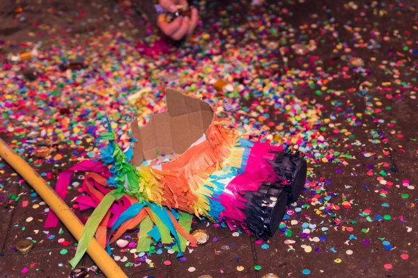 Préparer l'anniversaire d'un enfant peut se révéler être une tâche ardue. Entre le choix du gâteau, la déco et l'envoi des cartes d'invitation, on peut se sentir vite submergé. Alors voici quelques astuces pour réussir avec brio cet évènement. Un gâteau d'anniversaire XXL Le gâteau constitue un élément indispensable pour l'anniversaire. Notez que l'origine de cette tradition remonte à la Grèce antique. À cette époque, les Grecs avaient l'habitude de fêter l'anniversaire avec un gâteau de forme ronde. Ils y mettaient toutes sortes de décoration, dont des cierges, pour imiter la brillance de la lune. La célébration d'anniversaire avec un gâteau est donc une tradition bien lointaine. Mais alors pourquoi un gâteau XXL pour l'anniversaire d'un enfant? Tout simplement pour lui faire plaisir pour ce jour unique qui est le sien. De plus, le choix reste vaste pour faire plaisir à votre bout de chou : tiramisu géant, charlotte glacée, guimauve, Saint-Honoré, rainbow cake, etc. En outre, un gâteau géant permet également d'éblouir les invités. Ce qui n'est pas le cas avec les gâteaux servis en cocktail, plutôt appréciés pour les anniversaires d'adulte. Une pinata Alors oui, un anniversaire d'enfant sans pinata c'est un peu comme une fête sans musique. Pour rappel, il s'agit tout simplement d'un récipient suspendu sur lequel il faut taper pour le briser. Avec du bâton à la main, l'enfant doit avoir les yeux bandés pour faire tomber les bonbons à l'intérieur. Originaire d'Amérique latine, le pinata est aujourd'hui disponible dans le commerce et se décline sous diverses formes. Les pinatas fabriquées de manière artisanale sont plutôt adaptées aux plus grands. Souvent de forme rigolote, elles cèdent rarement au premier coup. Sinon, il y a les modèles à ficelle qui peuvent être conservés en guise de déco après l'anniversaire. Pour ouvrir ce genre de pinata, il faut simplement tirer sur un fil. C'est le choix idéal pour les petits pour qui le maniement de bâton peut être difficile. U